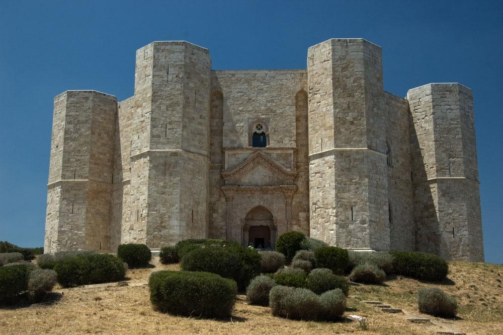The remarkable shape - Castel del Monte ...