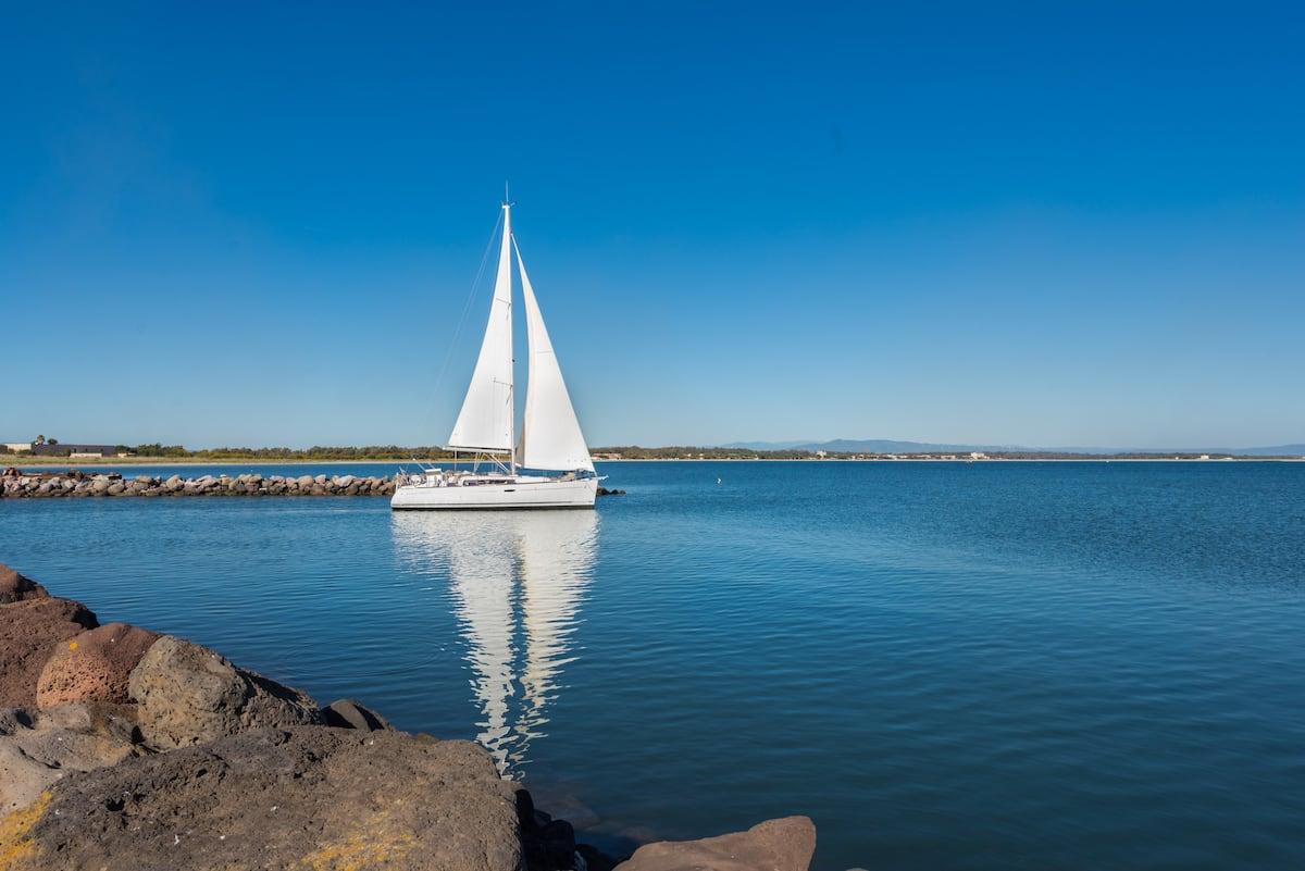 Tour di mezza giornata in barca a vela nella costa del Sinis ad Oristano