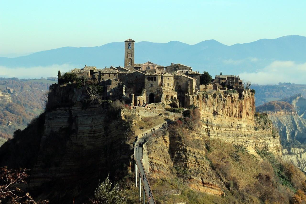 Trekking a Civita di Bagnoregio: il borgo sospeso nella valle dei Calanchi